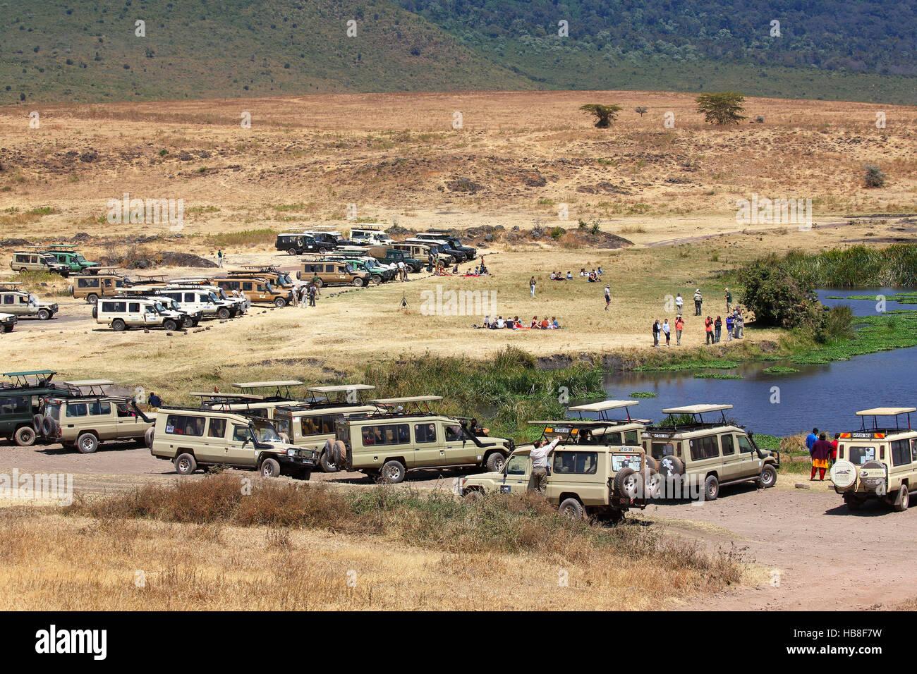 Los turistas de safari, los cuatriciclos en la zona de descanso, Ngorongoro, el Parque nacional Serengeti, Tanzania Foto de stock