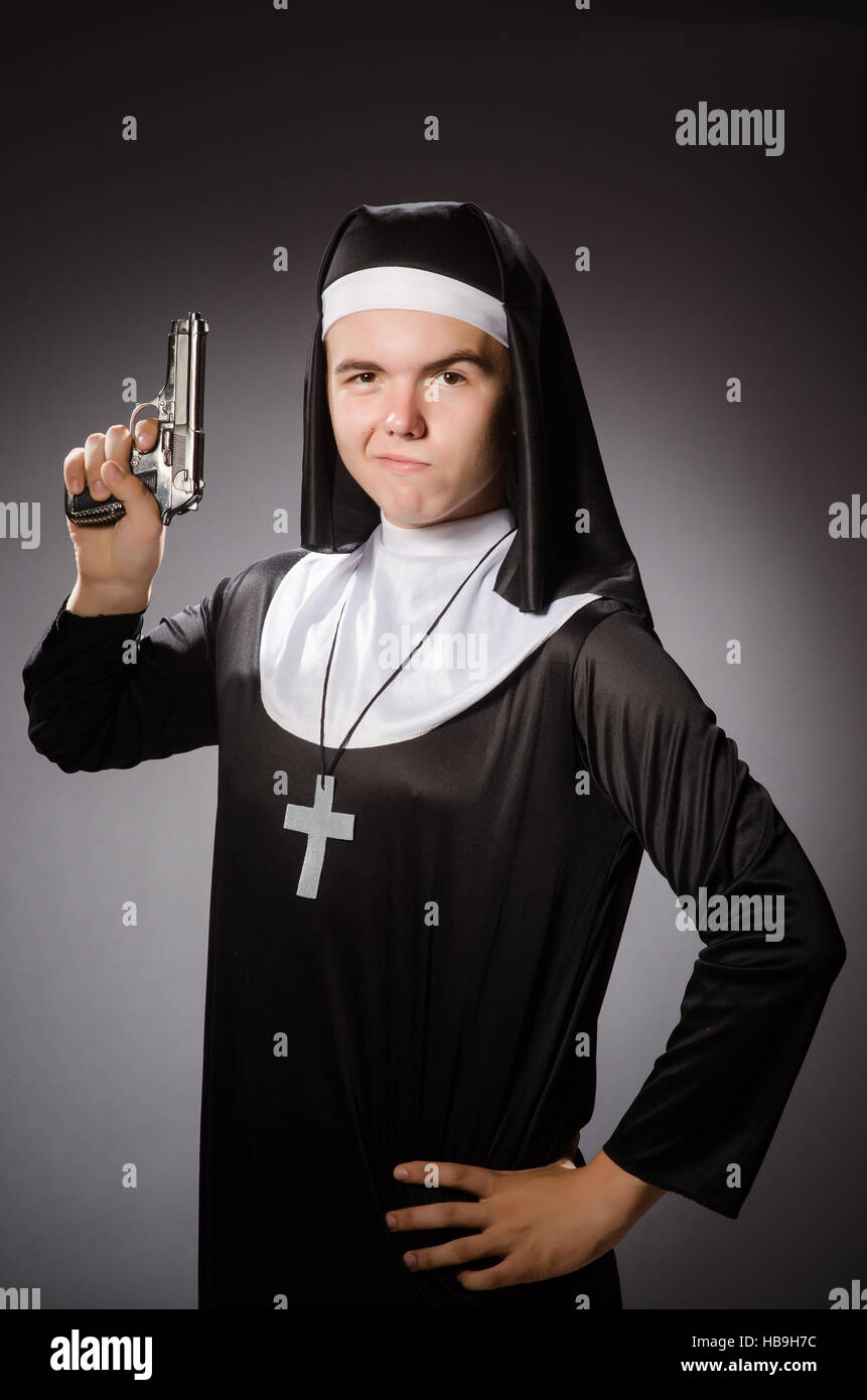 Hombre Vestido De Monja Con Pistola Foto Imagen De Stock