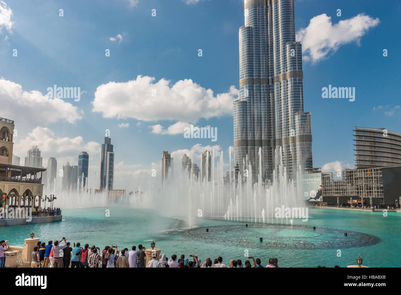 Burj Khalifa y fuentes en el Burj Khalifa Lake Foto de stock