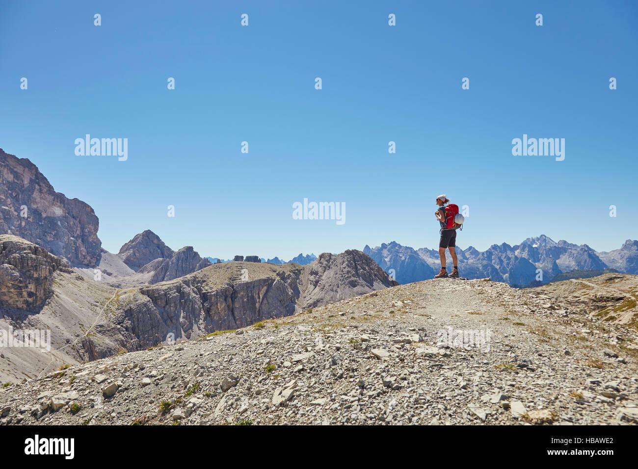 Vista trasera del caminante en busca hembra en Dolomitas, Sexten, Tirol del Sur, Italia Foto de stock