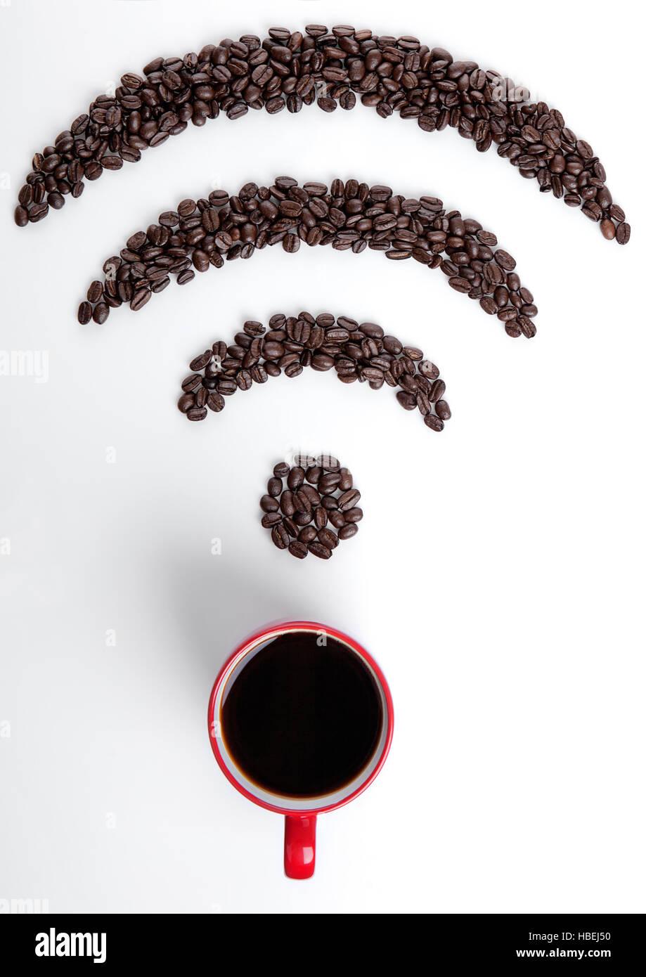 Taza de café de color rojo con wi-fi icon frijoles de café sobre fondo blanco. Imagen De Stock