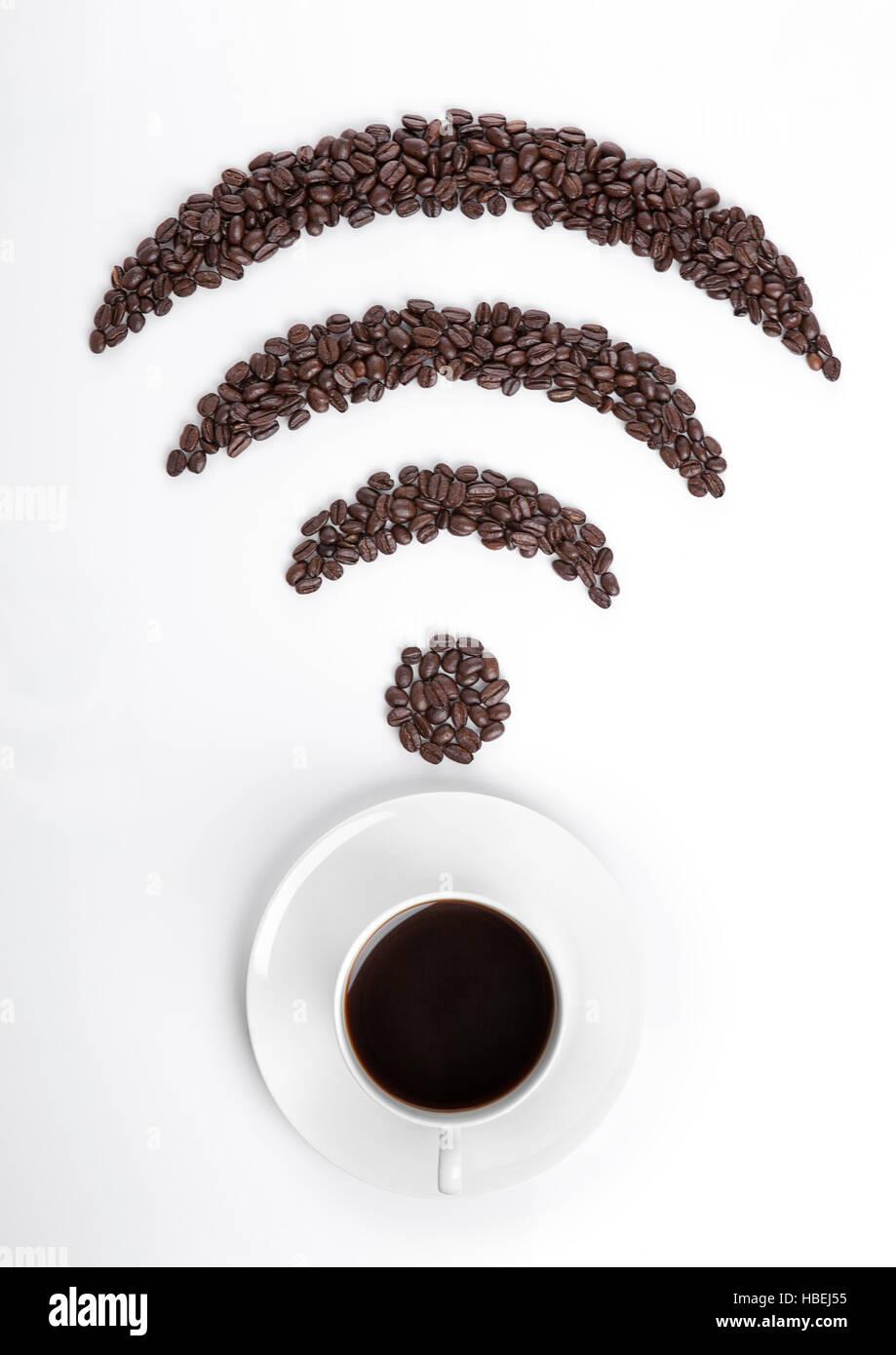 Taza de café con wi-fi icon frijoles de café sobre fondo blanco. Imagen De Stock