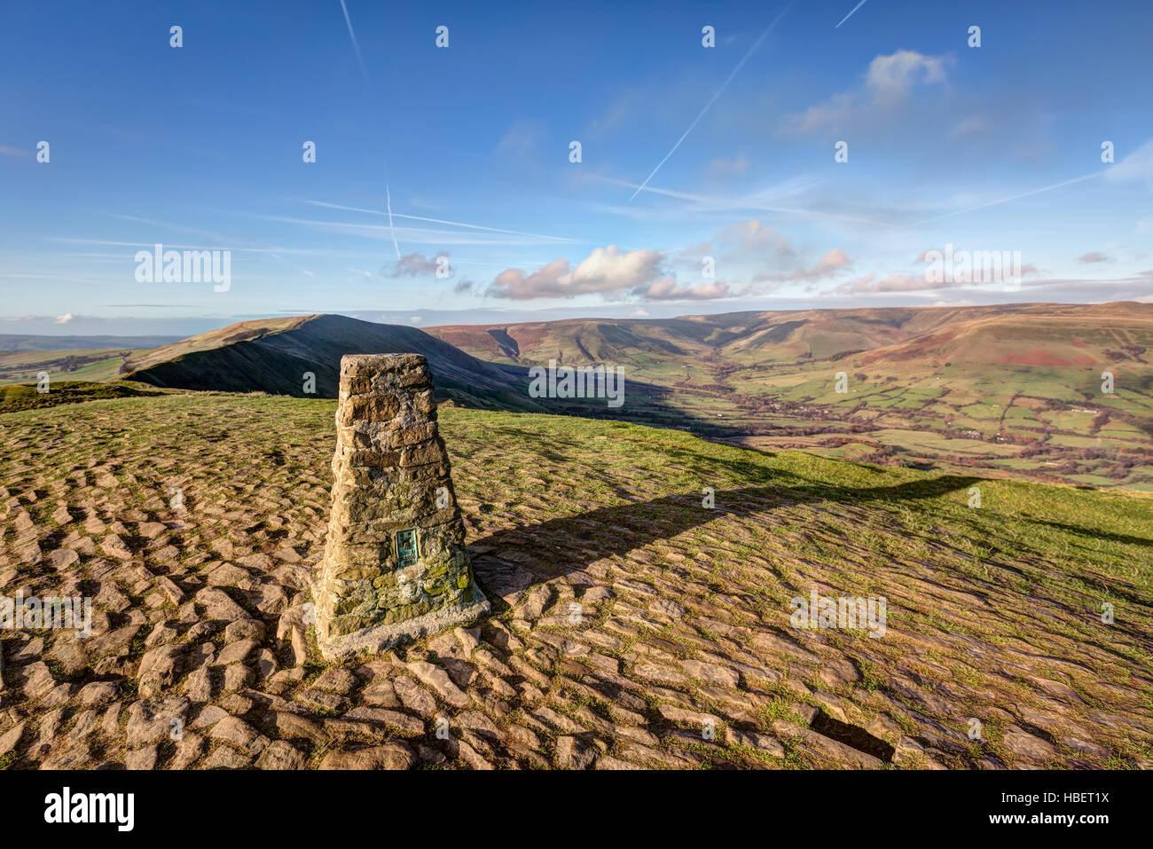 Una estación de triangulación, Trig o punto en la parte superior de Mam Tor en el Peak District, Derbyshire, Imagen De Stock