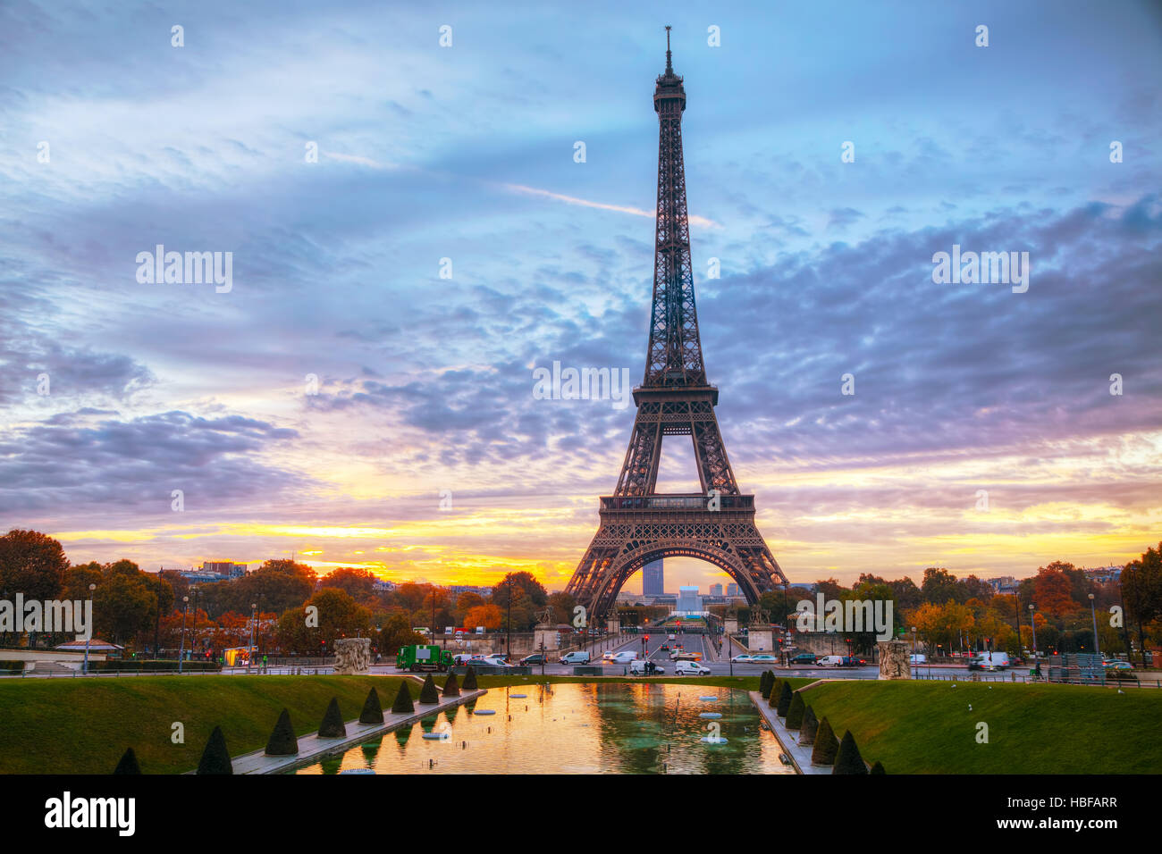 Paisaje urbano con la torre Eiffel en París, Francia, al amanecer. Imagen De Stock
