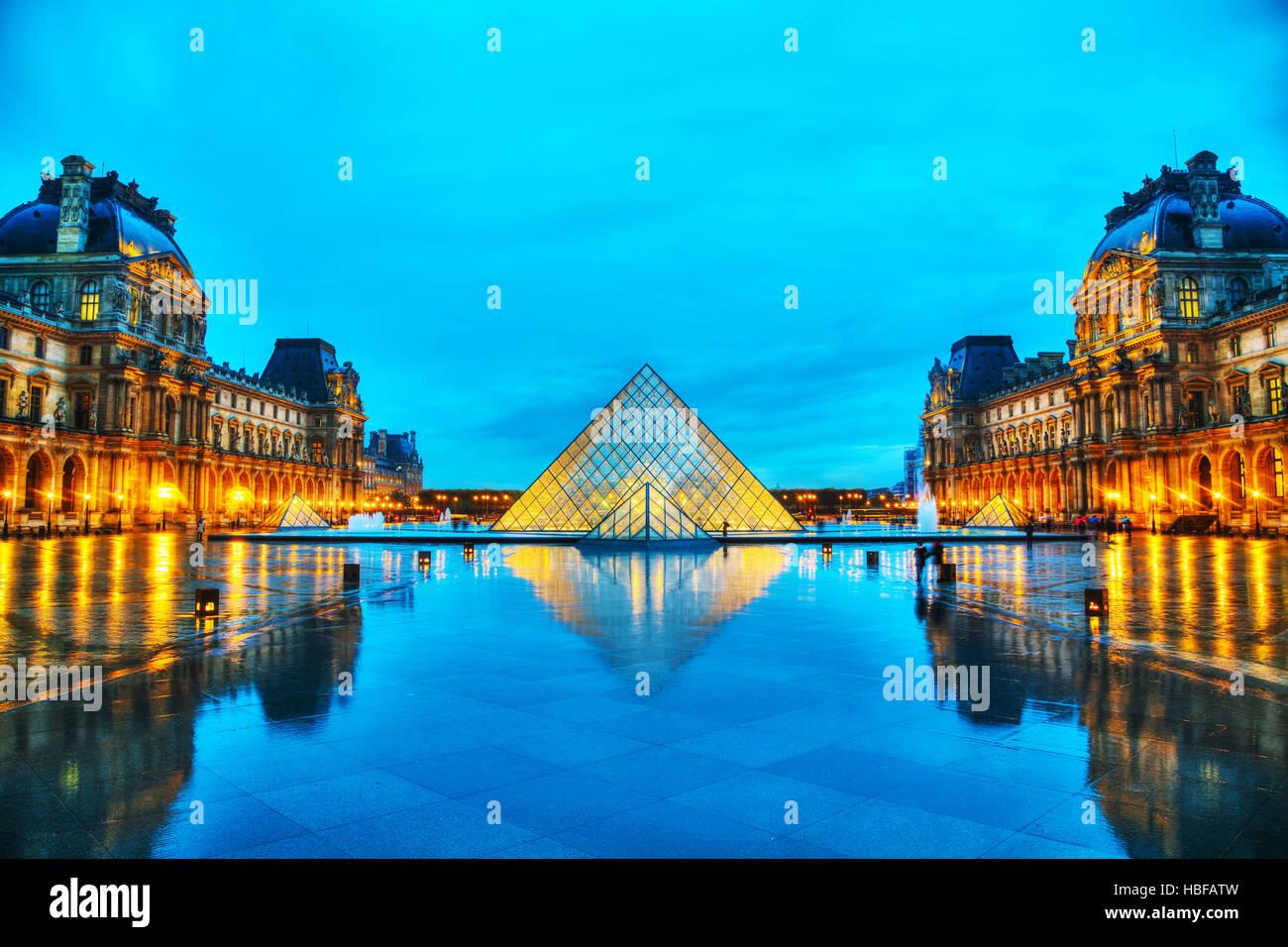 París - 4 de noviembre: La Pirámide del Louvre el 4 de noviembre de 2016 en París, Francia. Sirve como la entrada principal al Museo del Louvre. Completado en 1989 Foto de stock