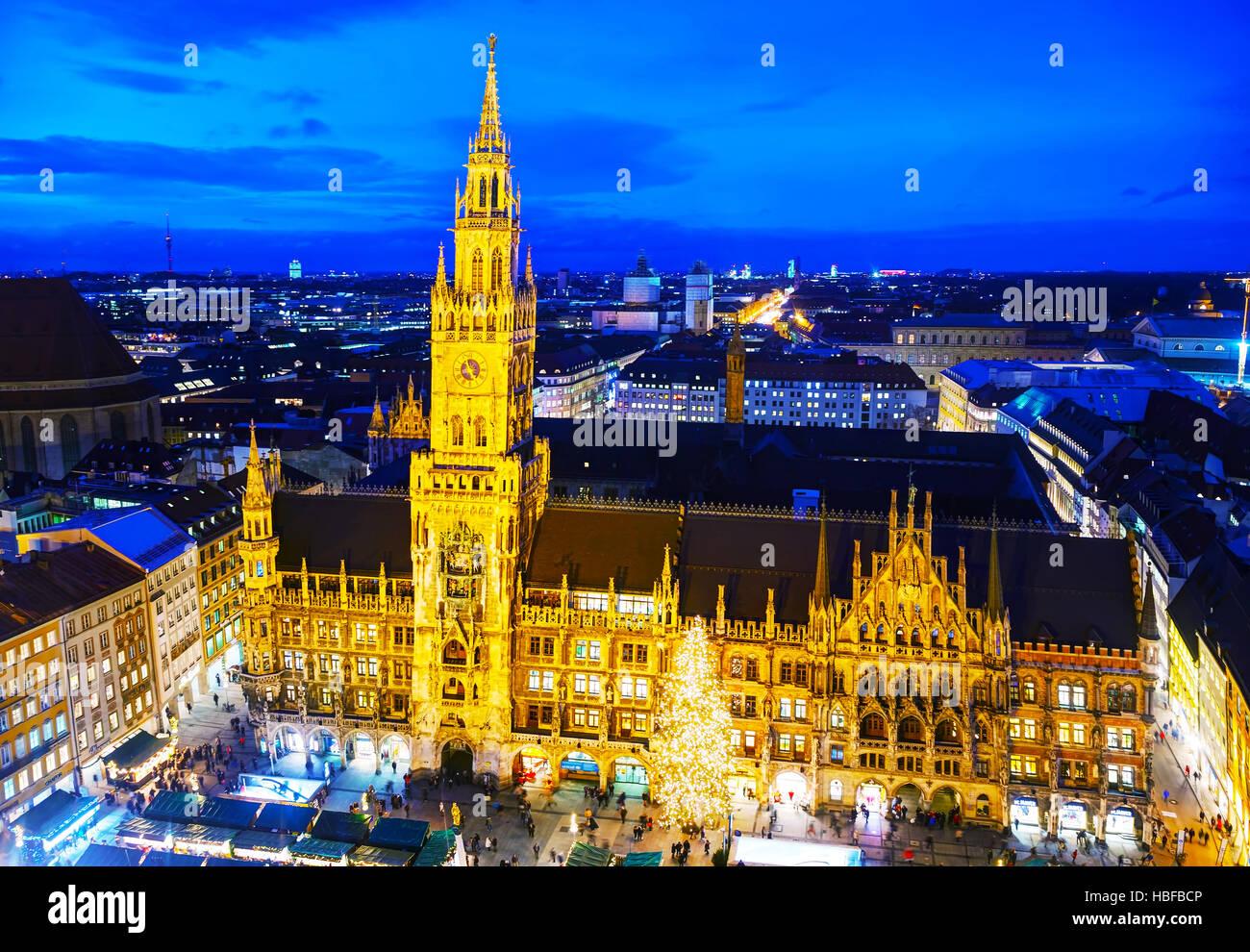 MUNICH - 30 de noviembre: Antena descripción de Marienplatz con el pueblo el 30 de noviembre de 2015 en Munich. Imagen De Stock
