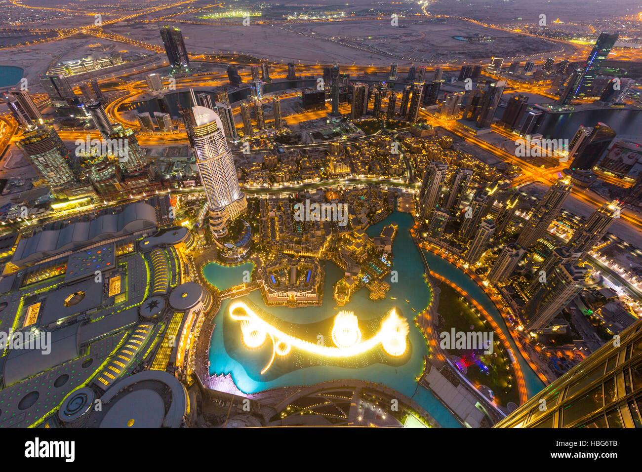 Vista desde la plataforma de observación, Burj Dubai Fountain, la dirección Downtown Burj Dubai Mall y el Souk Al Foto de stock