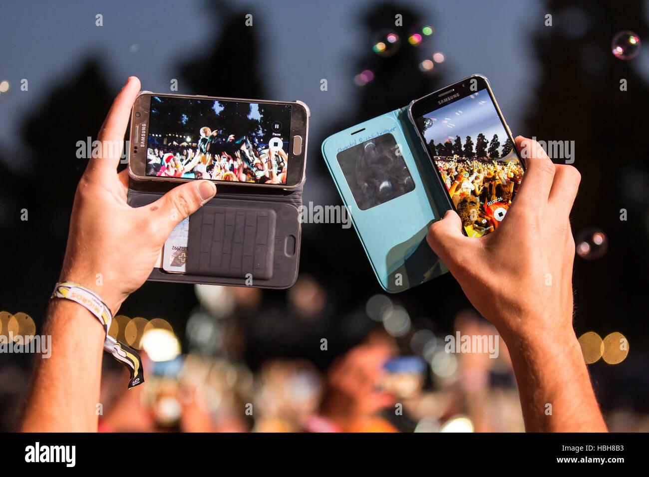 Skunk Anansie - Ventilador macht Foto mit Iphone Foto de stock