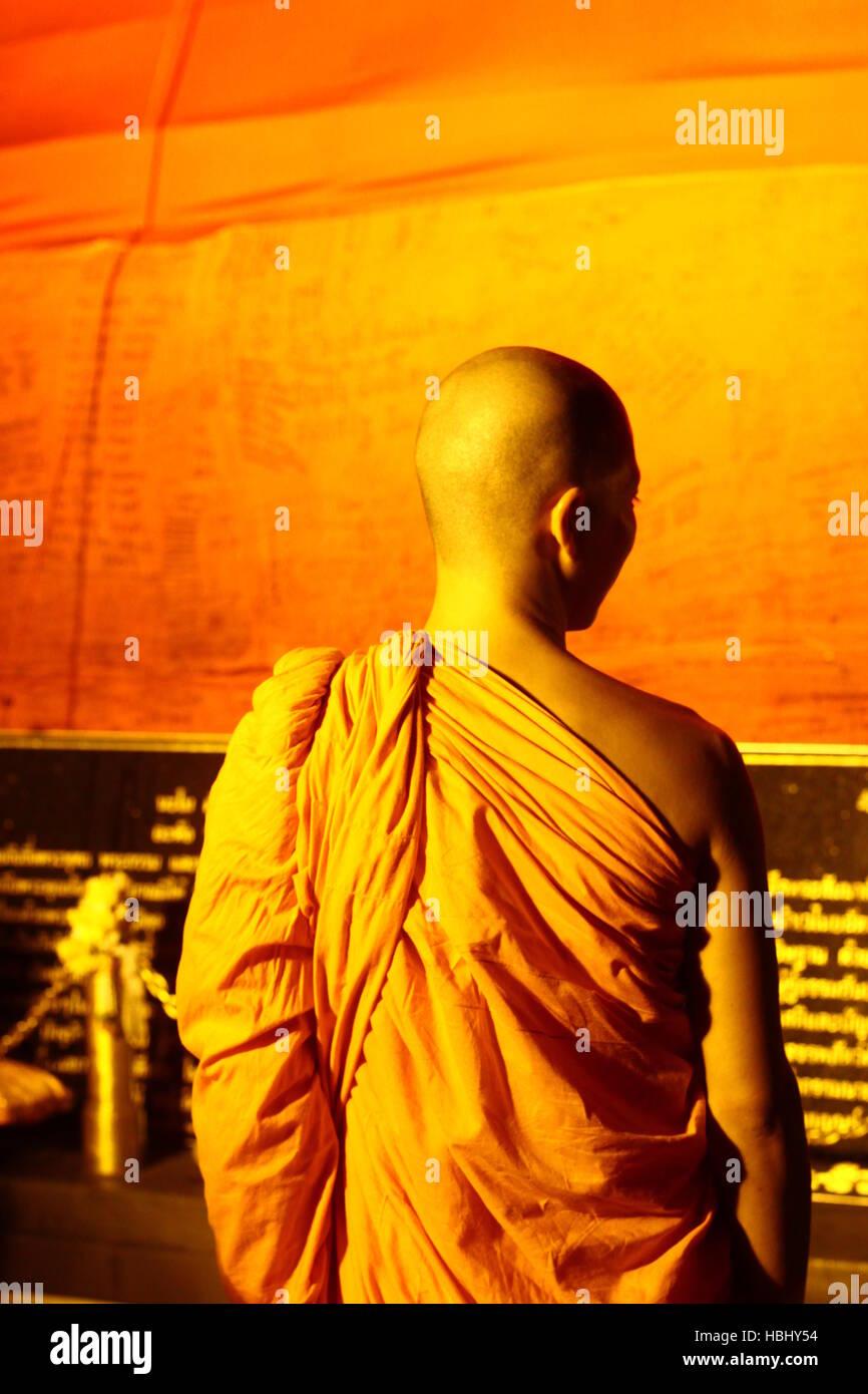 BANGKOK, TAILANDIA - el 21 de noviembre: un monje dirige personas durante las festividades Khratong Loy en Wat Saket el 21 de noviembre de 2010 en Bangkok, Tailandia. Foto de stock