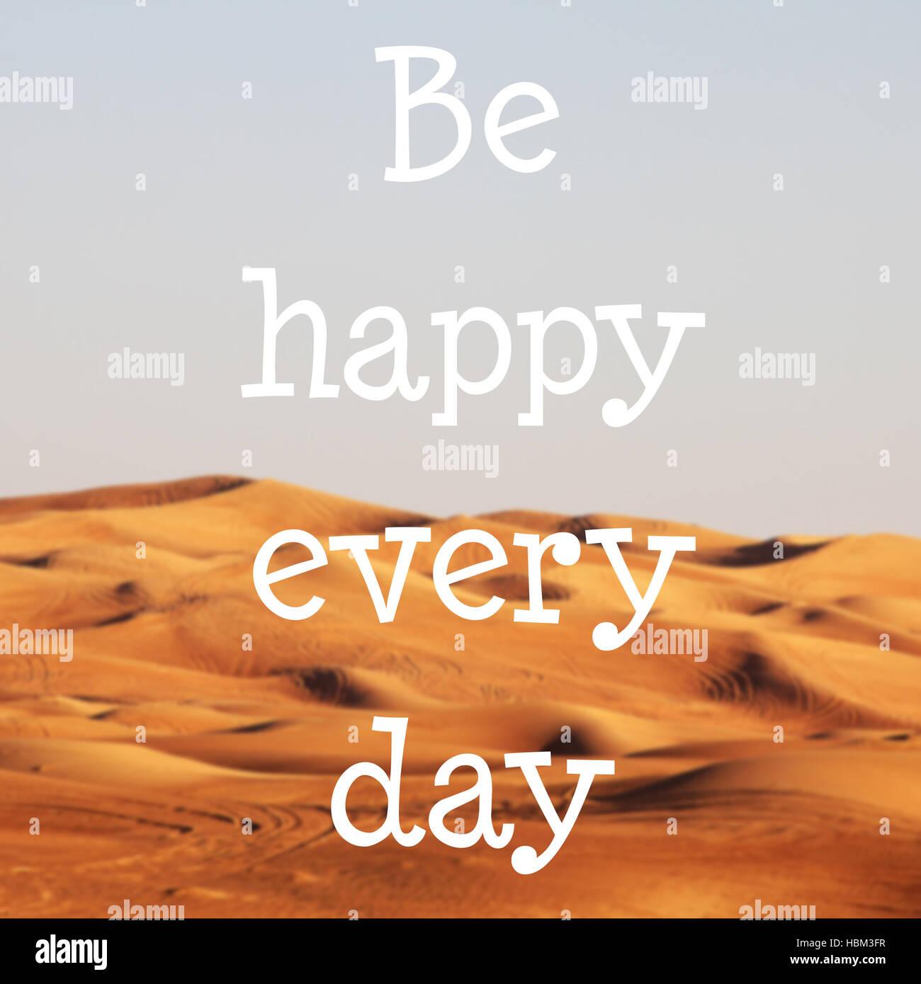 Blured desierto con texto: Ser feliz cada día Imagen De Stock