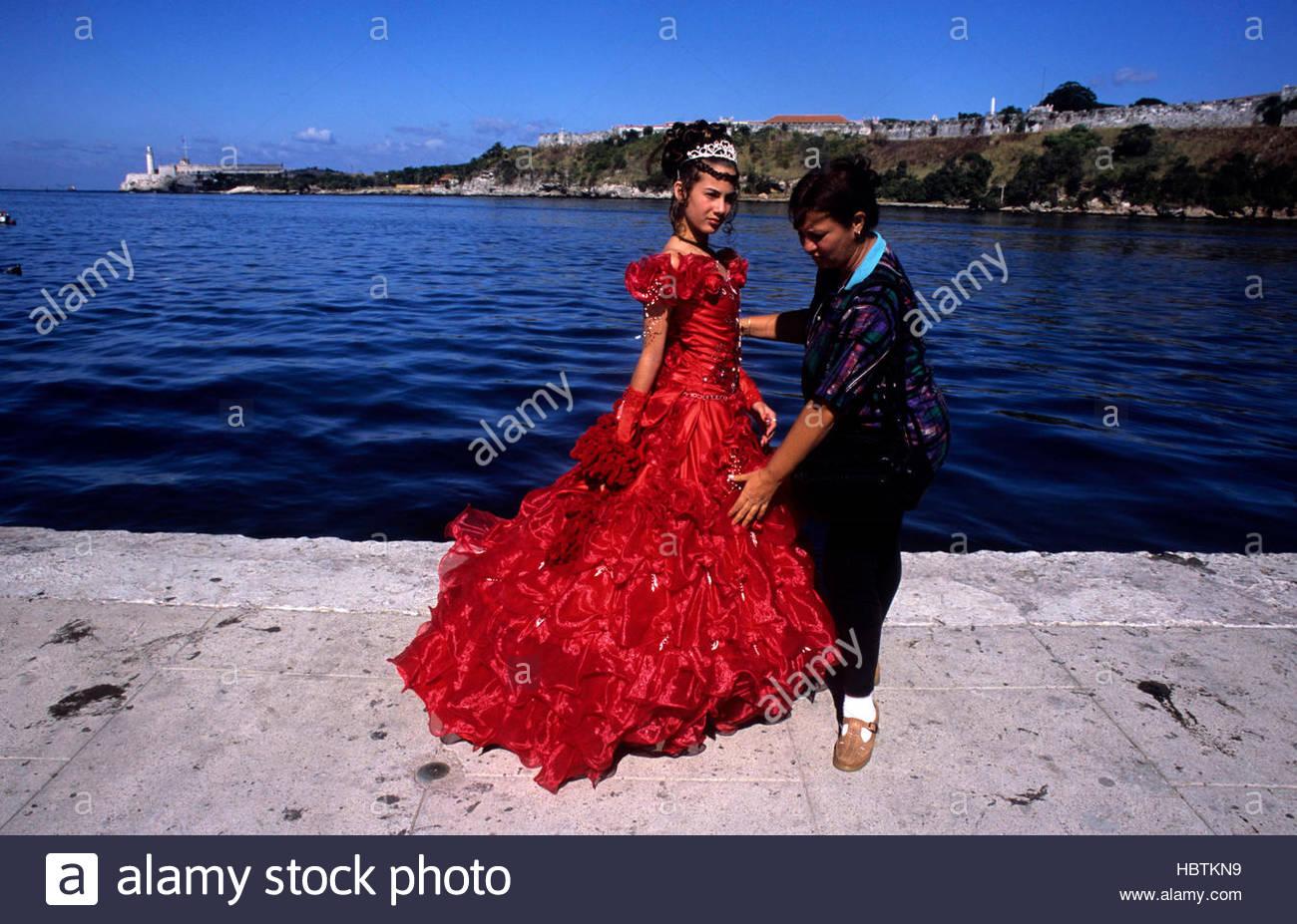 Esta bien vestidos niña cubana celebra sus 15 años de edad, La Habana, Cuba. Imagen De Stock