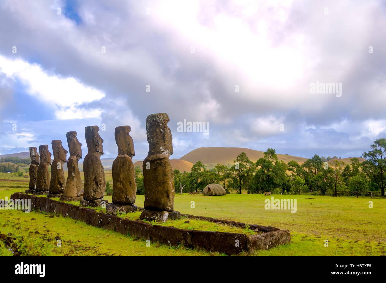 Hermosas estatuas moai con vistas a la Isla de Pascua, Chile Imagen De Stock