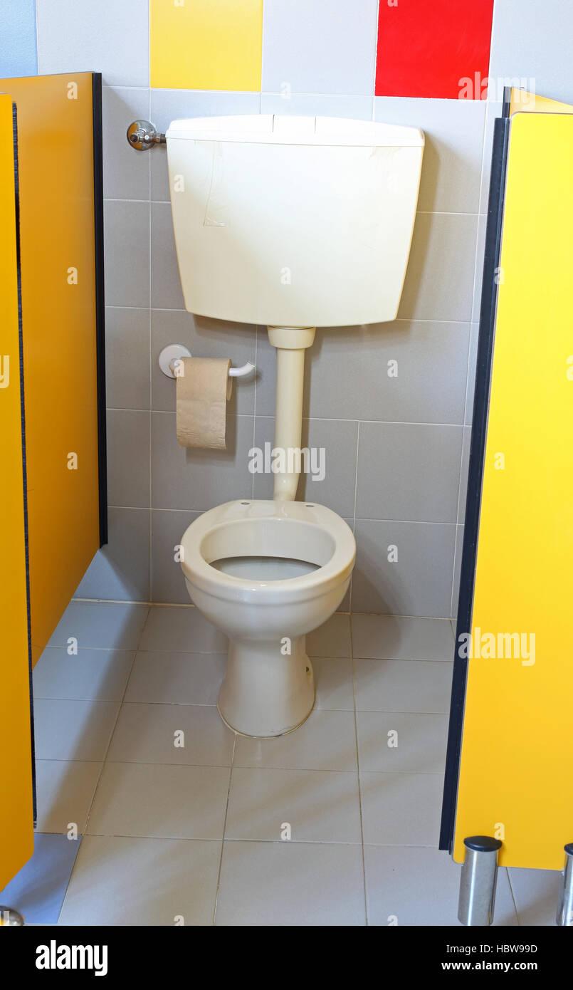 Pequeño cuarto de baño con un rollo de papel higiénico en el baño de ...