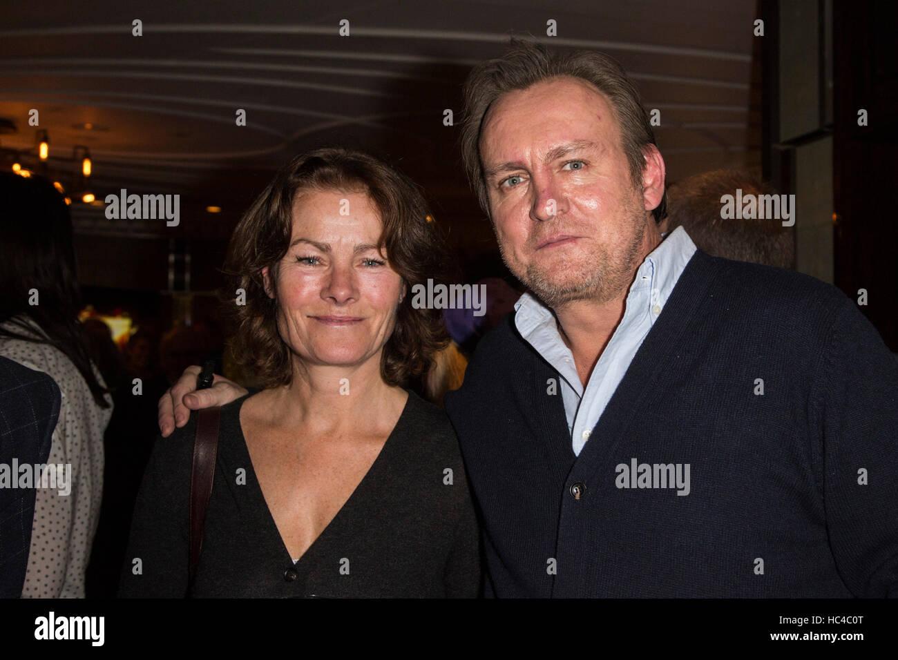 Londres, Reino Unido. 8 de diciembre de 2016. Actores Janet Dibley y Philip Glenister en el lanzamiento el evento. Foto de stock