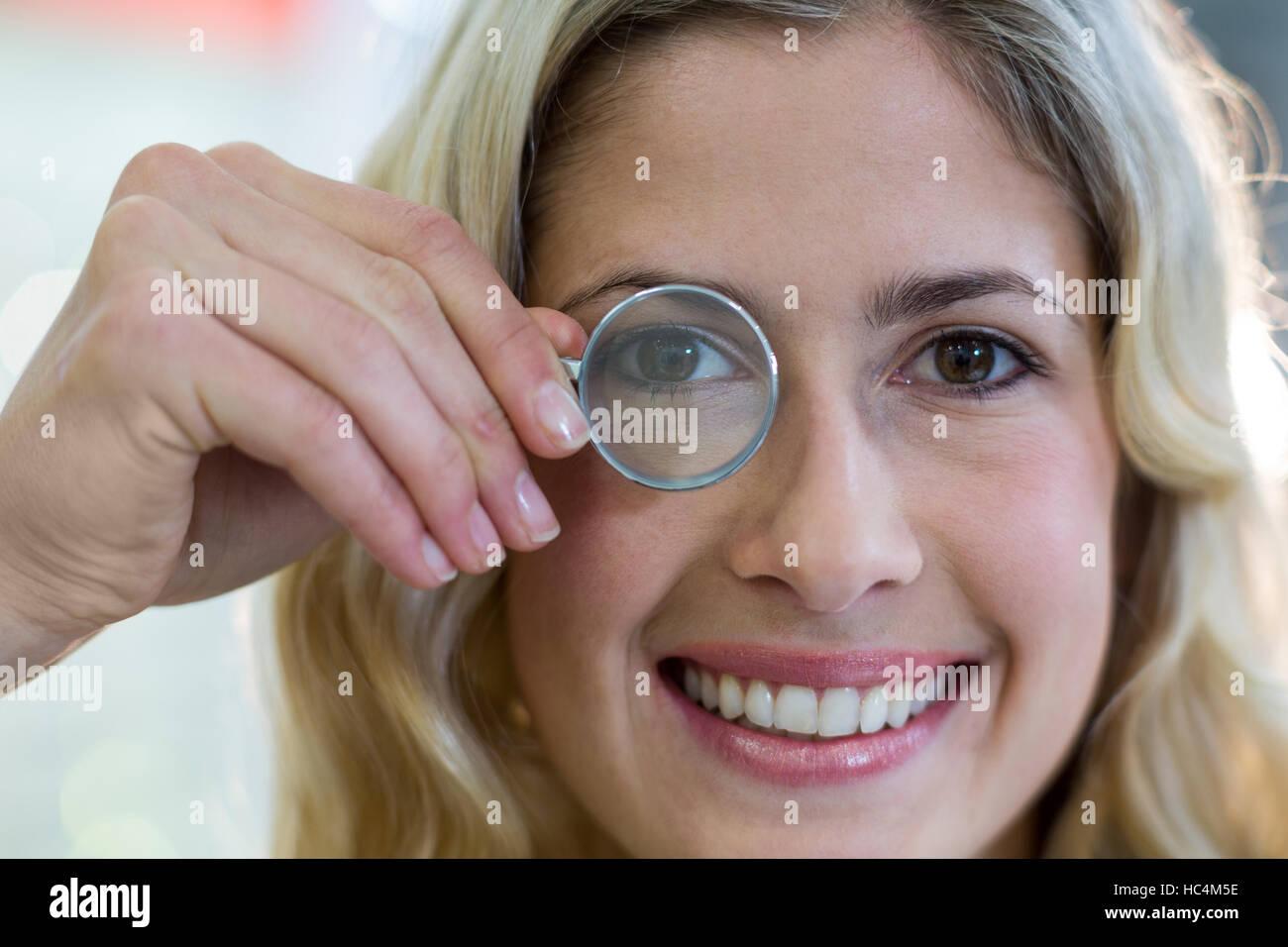 Mujeres Buscando clientes a través de una lupa Foto de stock