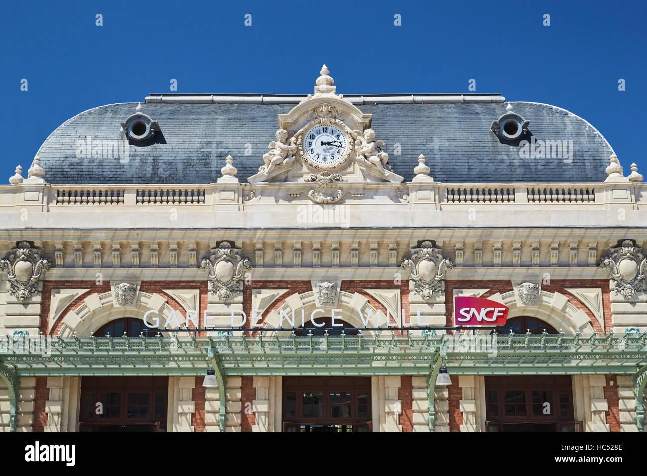 Panorama de la estación de tren en el centro, día soleado, cielo azul, una gran cantidad de turistas, Imagen De Stock