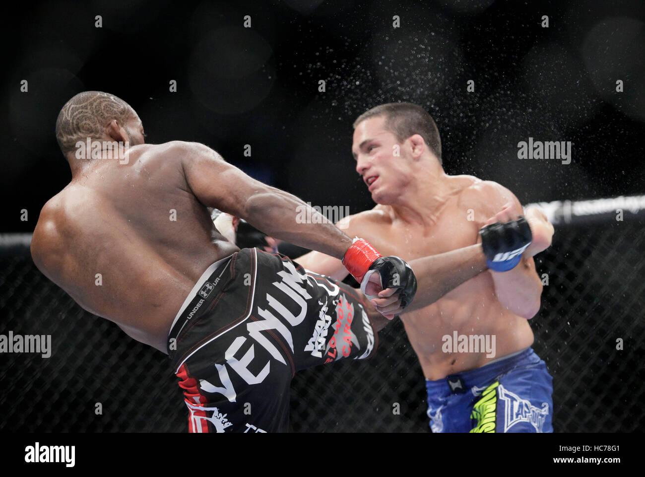 UFC fighter John Howard, izquierda, peleas Jake Ellenberger en UFC Live: Jones vs. Matyushenko en el San Diego Sports Arena el 1 de agosto de 2010, en San Diego, California. Francis Specker Foto de stock