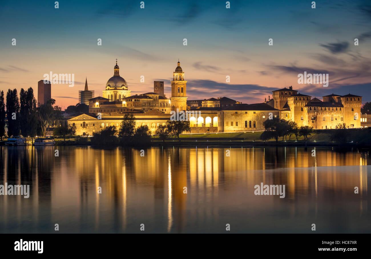 Twilight en Mantova skyline se refleja en el Lago Inferiore, Lombardía, Italia Imagen De Stock