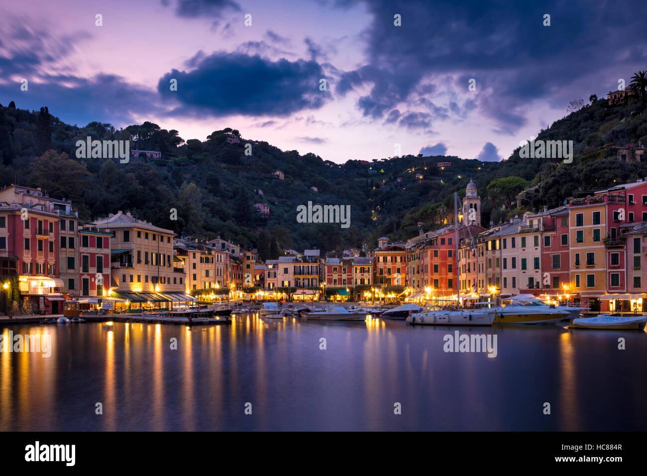 Twilight en Harbour Town de Portofino, Liguria, Italia Foto de stock