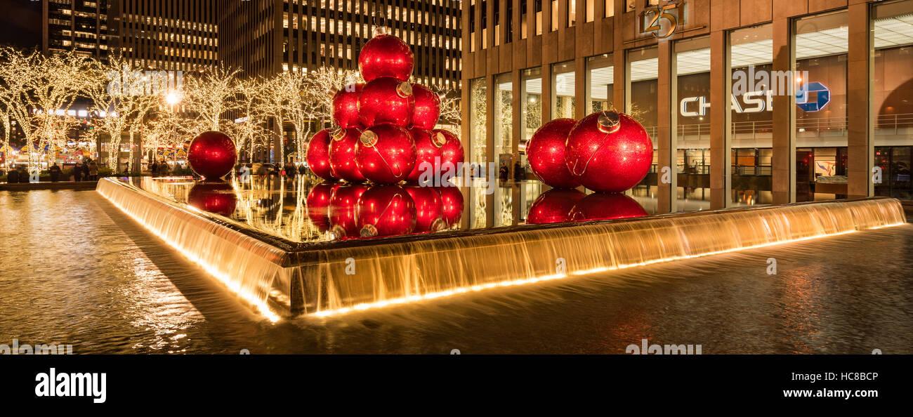 Adornos de Navidad gigante roja en la 6ª Avenida con la temporada de vacaciones de las decoraciones. El Midtown. La Ciudad de Nueva York Foto de stock