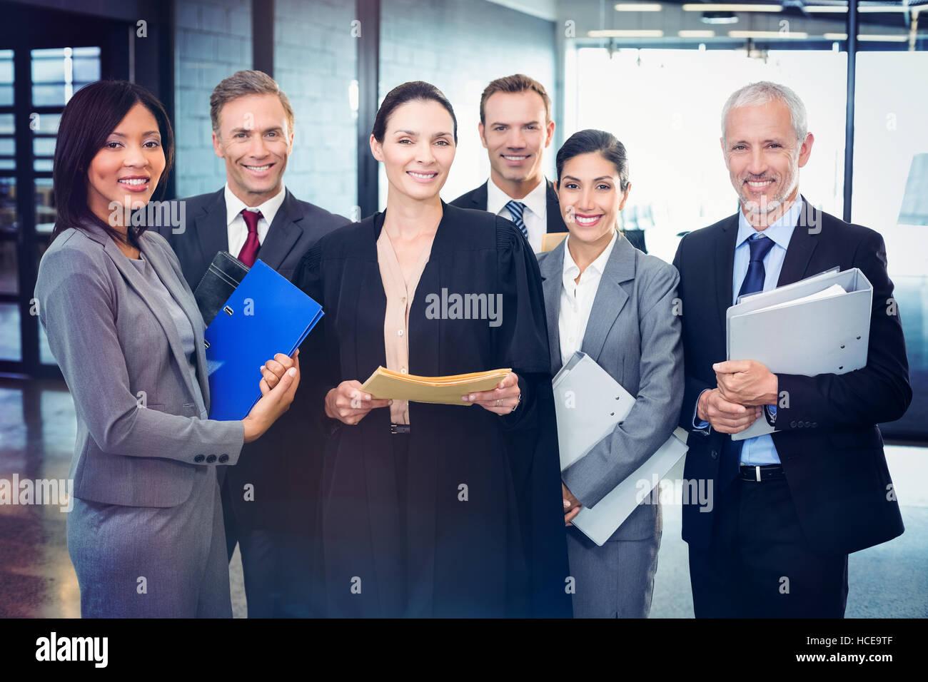 Retrato de abogado de pie junto a la gente de negocios Imagen De Stock