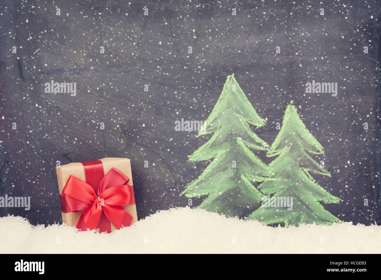 Caja de regalo de Navidad y dibujados a mano abeto de Navidad con nieve. Tonos Retro Foto de stock