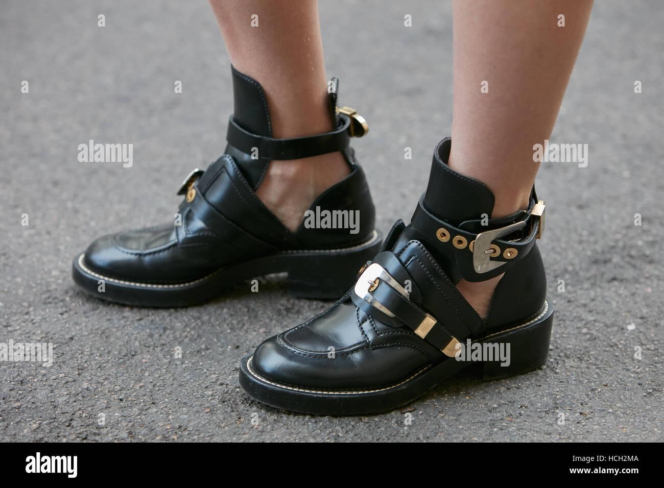 b1abcf9c Mujer con botas de cuero negro bajo antes de Max Mara Fashion Show ...