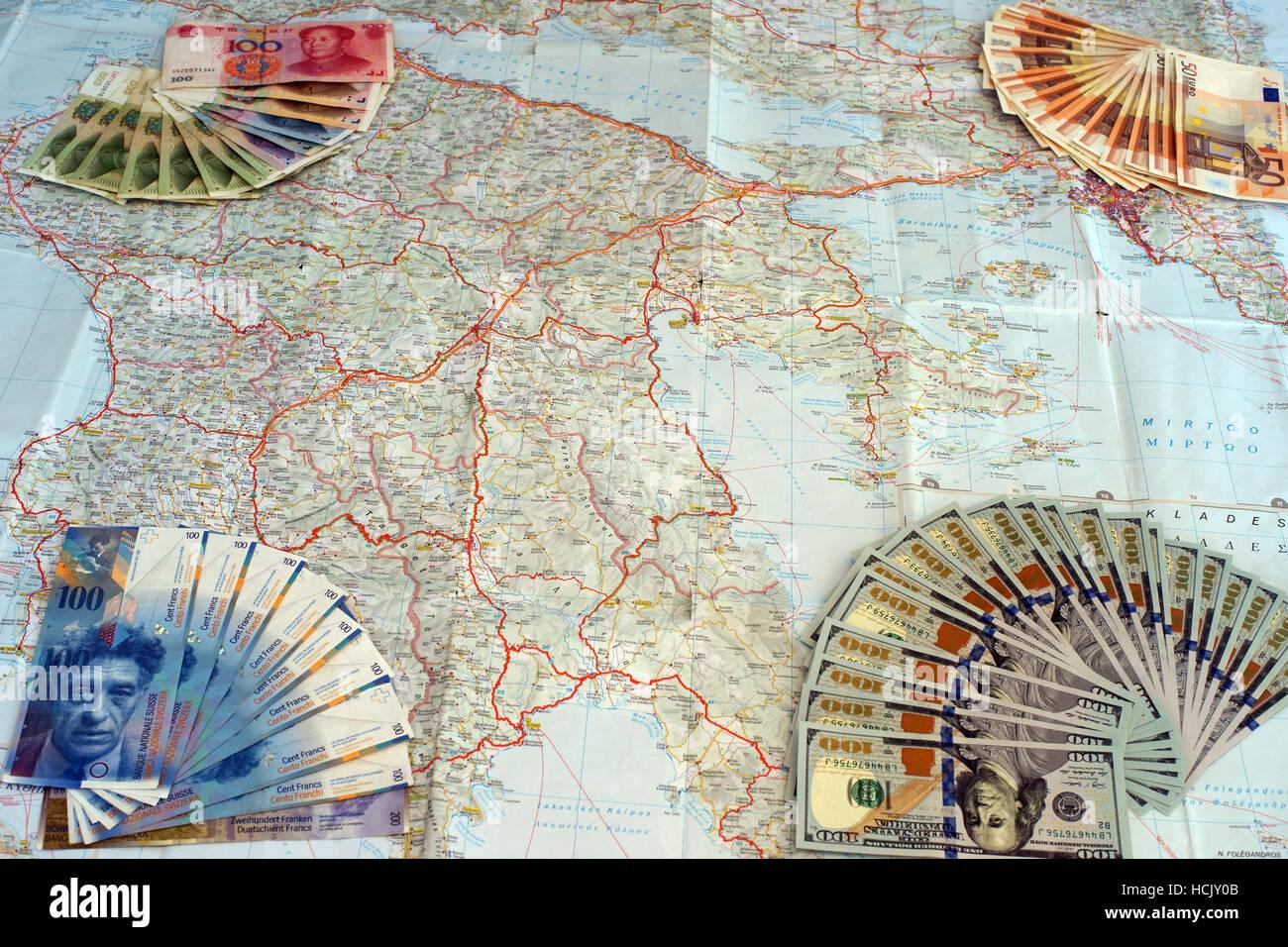 Euro, yuan, dólares y franco suiza billetes en el mapa de Grecia. Simbolizan la moratoria griega y de los intereses extranjeros. Foto de stock