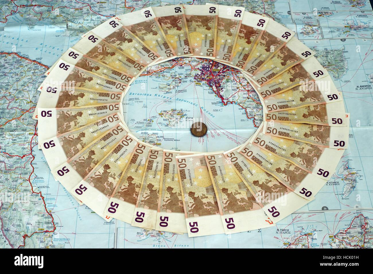 Billete de 50 euros en el mapa de Grecia con la dracma. Tappeto di banconote da 50 euros. Simbolizan la moratoria griega Foto de stock