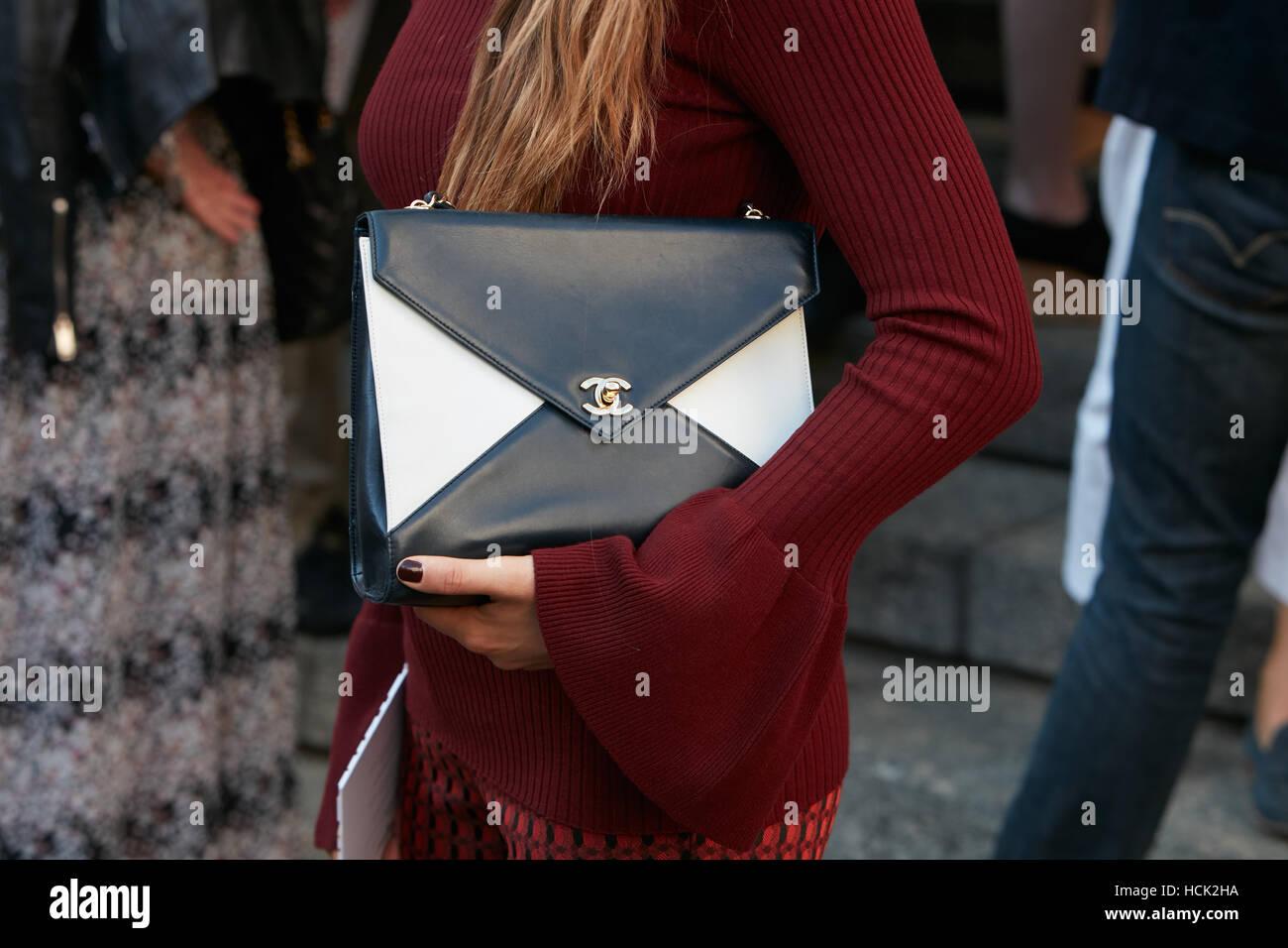 460cca369 Mujer con bolsa de Chanel en blanco y negro antes de Salvatore Ferragamo  Fashion Show,