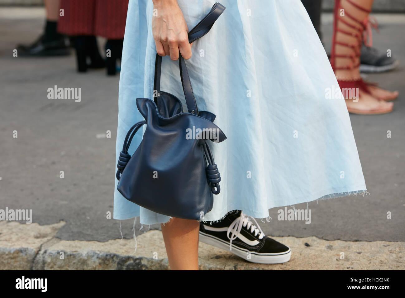 8abfdf1bd621 Mujer con cuero azul bolso Loewe y Vans Shoes antes de Salvatore Ferragamo Fashion  Show