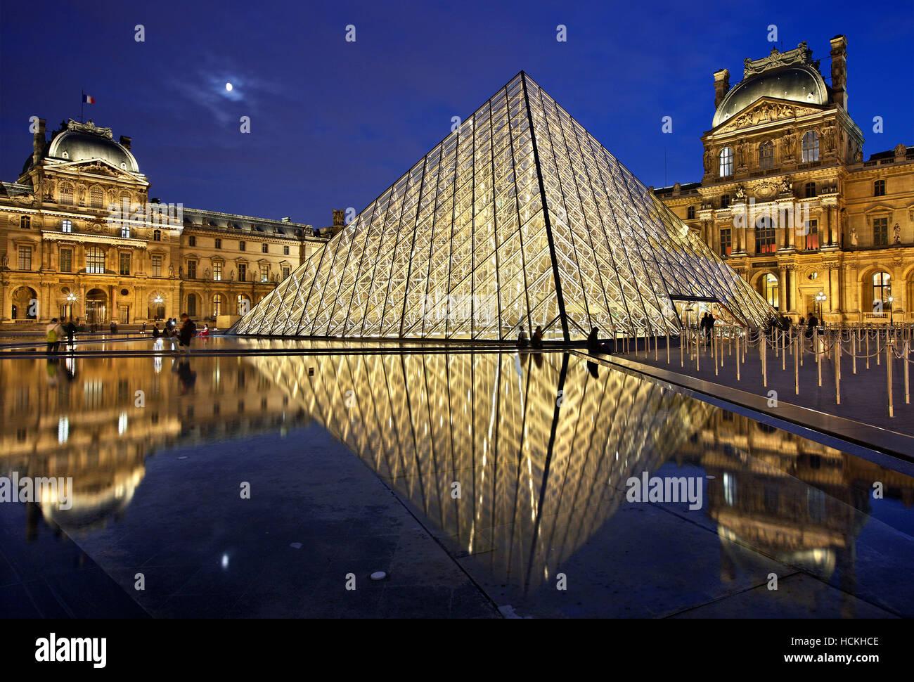 La pirámide de cristal (arquitecto: I.M. Pei) del museo del Louvre (Musée du Louvre), París, Francia. Foto de stock