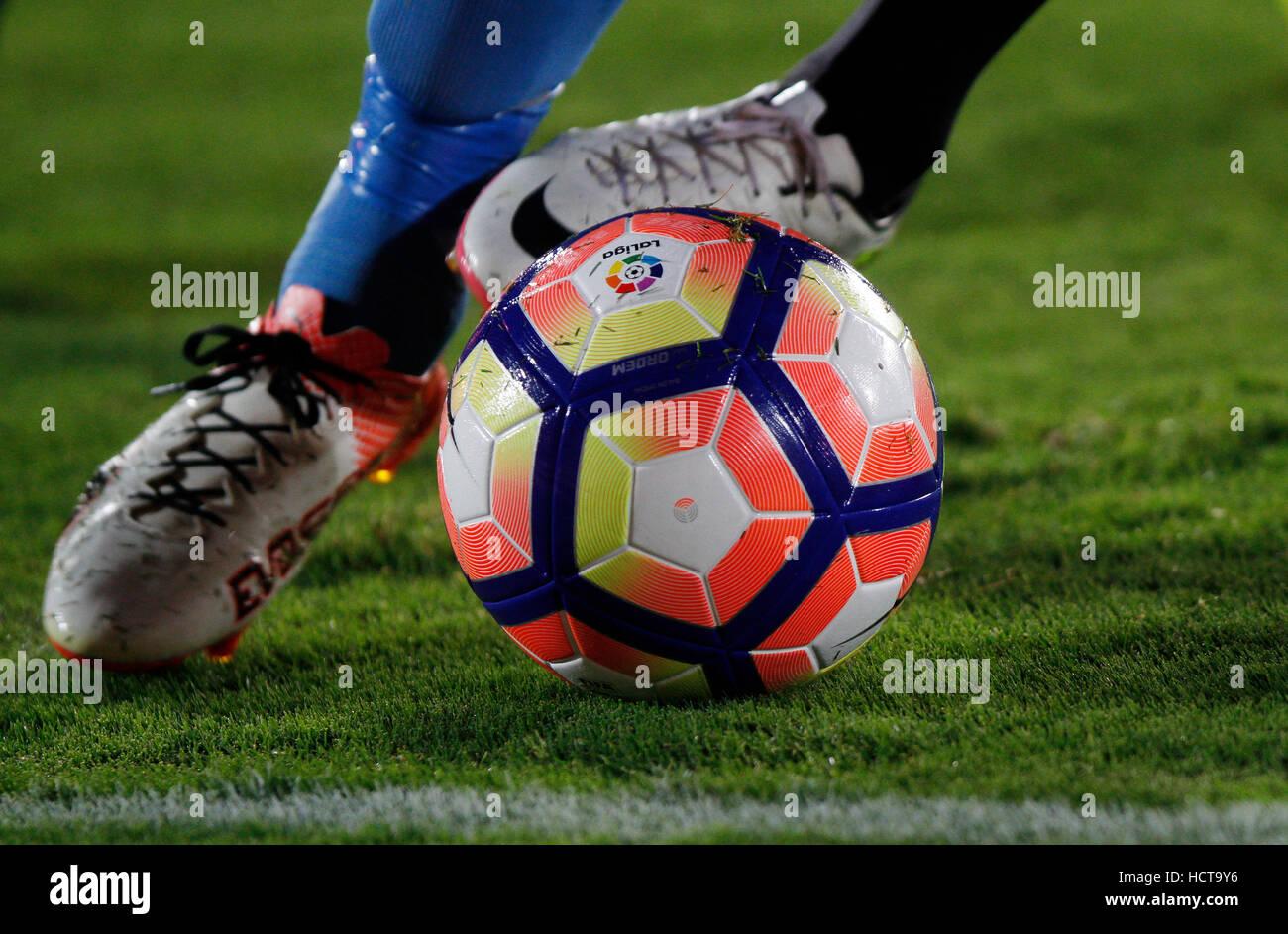Detalle de los pies de un jugador de fútbol con el balón Imagen De Stock