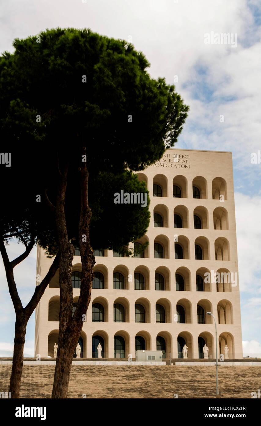 El Palazzo della Civiltà Italiana, también conocido como el Palazzo della Civiltà del Lavoro o Colosseo Imagen De Stock
