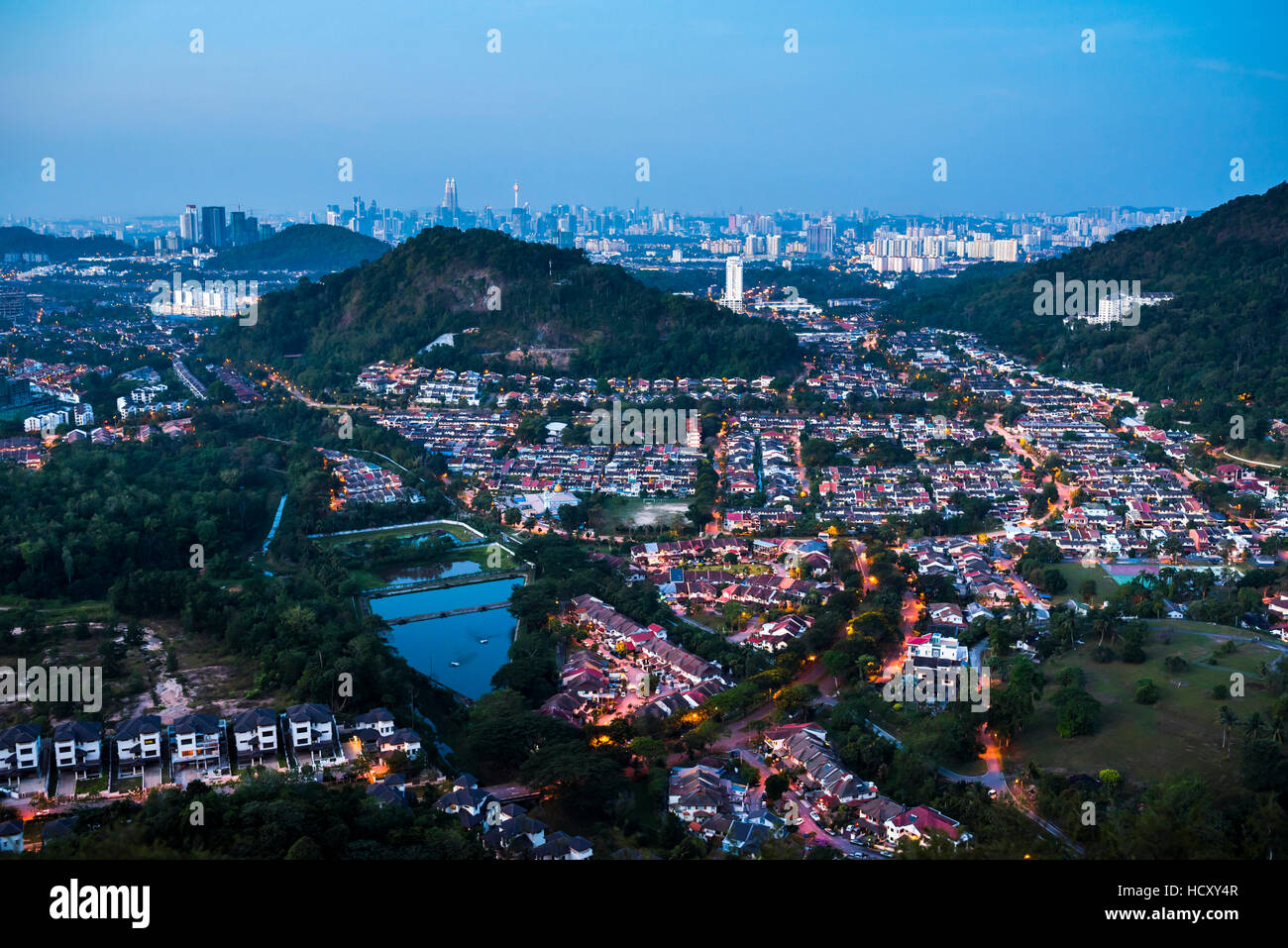 Horizonte de Kuala Lumpur por la noche visto desde Bukit Tabur Montaña, Malasia Imagen De Stock