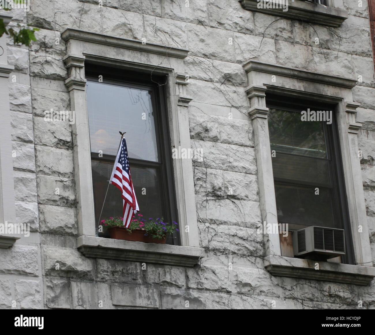 Nueva York el patriotismo estadounidense con una bandera en la ventana de 2008 Imagen De Stock