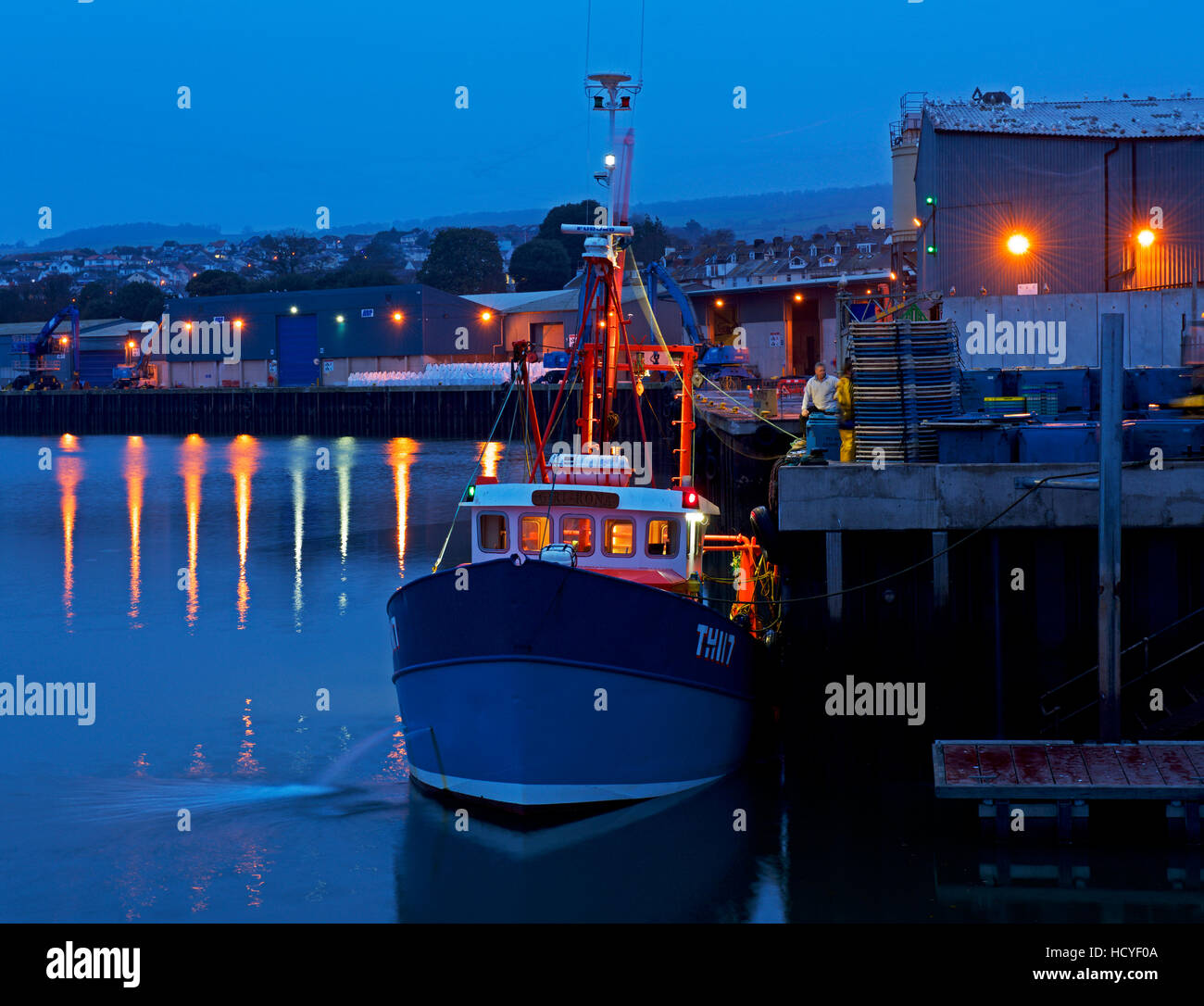 Descarga arrastrero pescado en la zona de Quayside, Teignmouth, Devon, Inglaterra Foto de stock