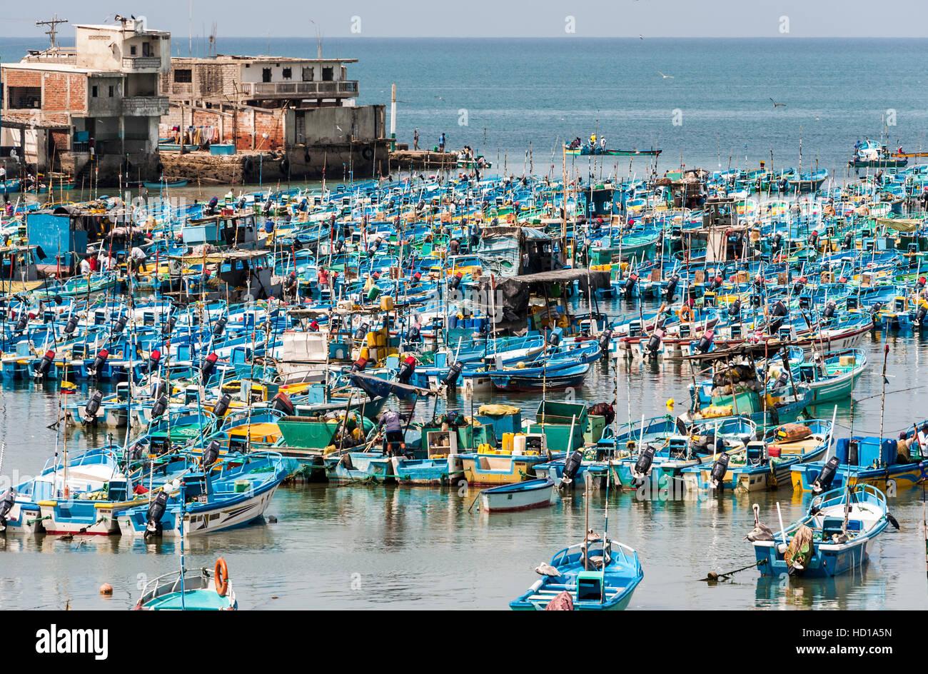 Salinas, Ecuador - Septiembre 17, 2011: barcos de pesca están hacinados en la Bahía de Santa Elena Imagen De Stock