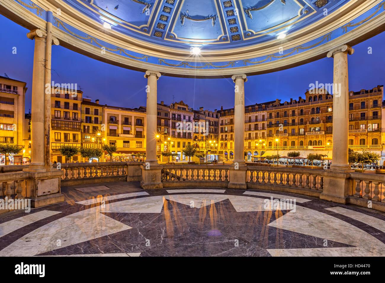 Vista desde el quiosco de la Plaza del Castillo, plaza en la noche, Pamplona, Navarra, España Imagen De Stock