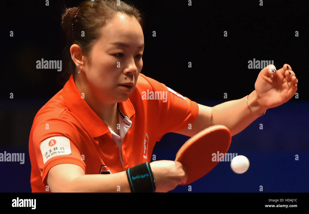 Doha, Qatar. 10 dic, 2016. Tie Yana de Hong Kong de China devuelve un disparo durante los singles femeninos quarterfinal Foto de stock