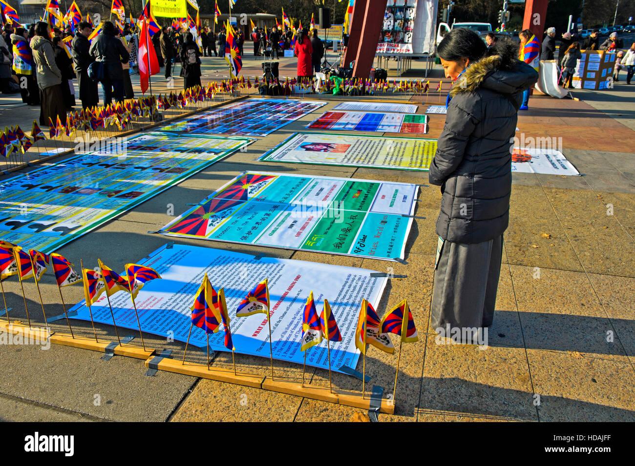 Ginebra, Suiza. 10 de diciembre de 2016. Mujer tibetana mirando carteles en la Place des Nations, en Ginebra, Suiza, Imagen De Stock