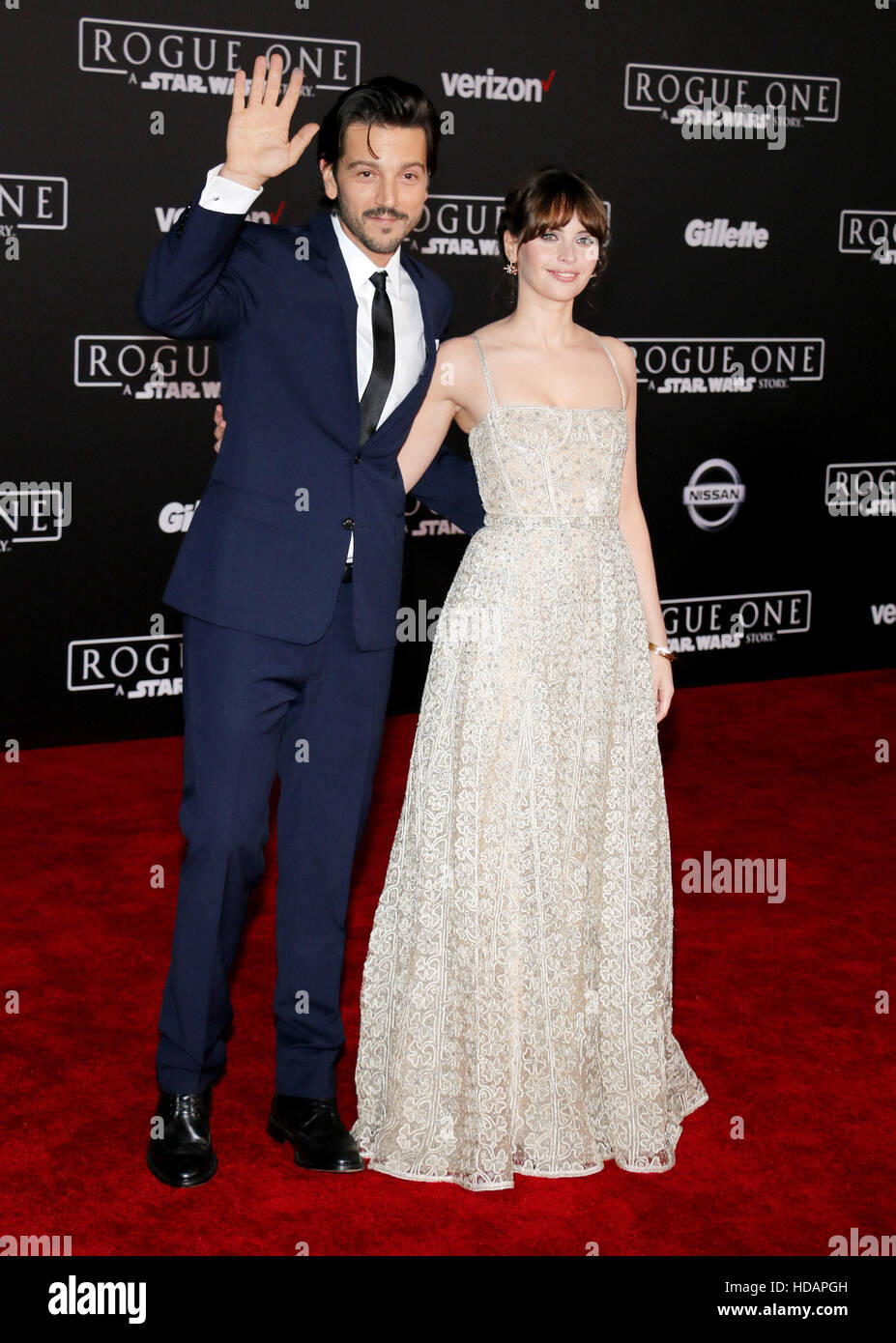 "Hollywood, California, USA. 10 dic, 2016. Felicity Jones y Diego Luna en el estreno mundial de ""Rogue: Una Imagen De Stock"