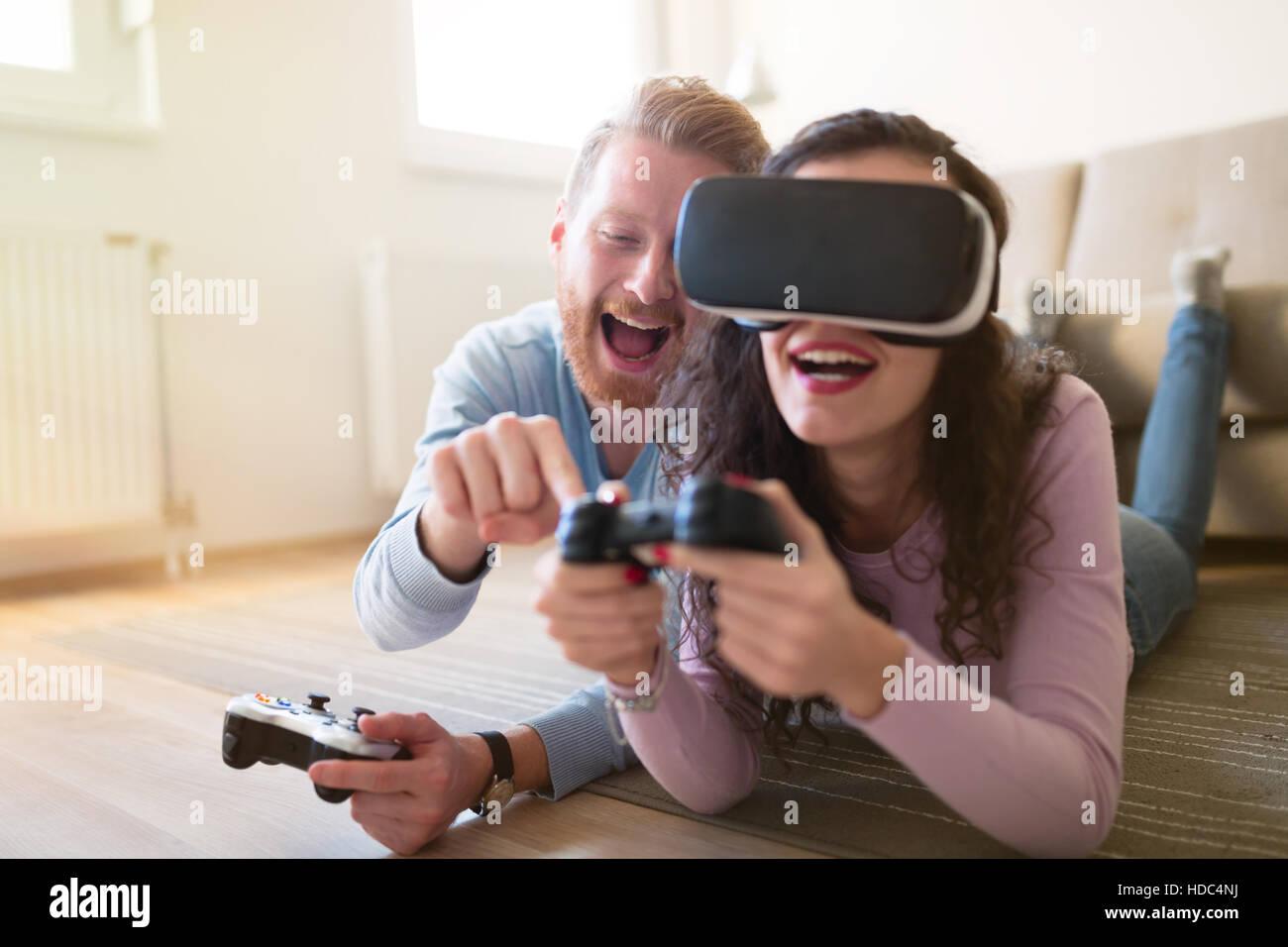 Par divertirse disfrutando de VR y juegos. Imagen De Stock