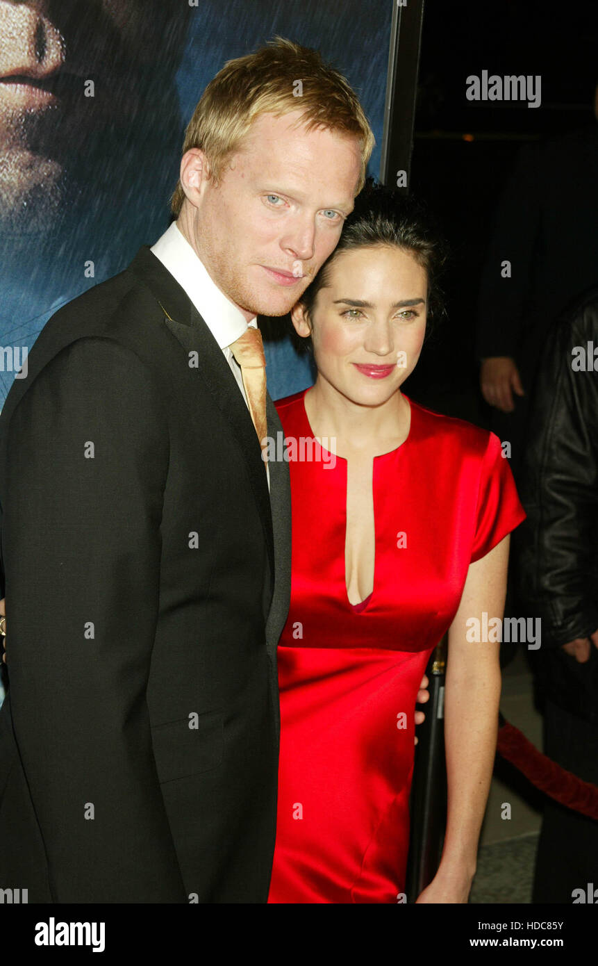 Paul Bettany y su esposa, Jennifer Connelly en una proyección de la película 'Master y Comandante: Imagen De Stock