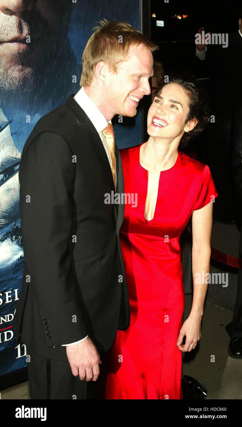 Paul Bettany y su esposa Jennifer Connelly en una proyección de la película 'Master y Comandante: Imagen De Stock