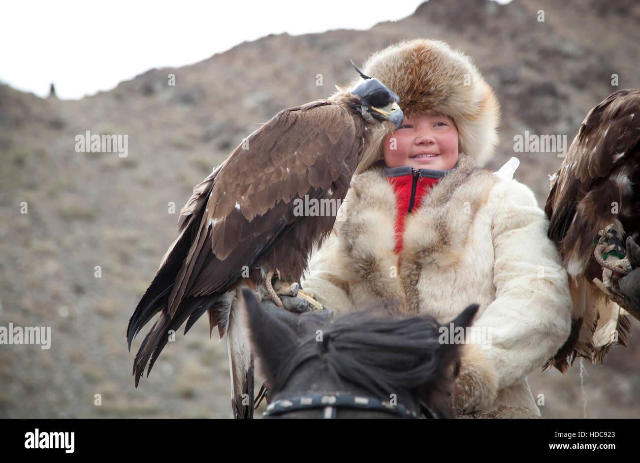 Bayan Ulgii, Mongolia, octubre 4th, 2015: Eagle cazadora con ella Altai Golden Eagle Imagen De Stock