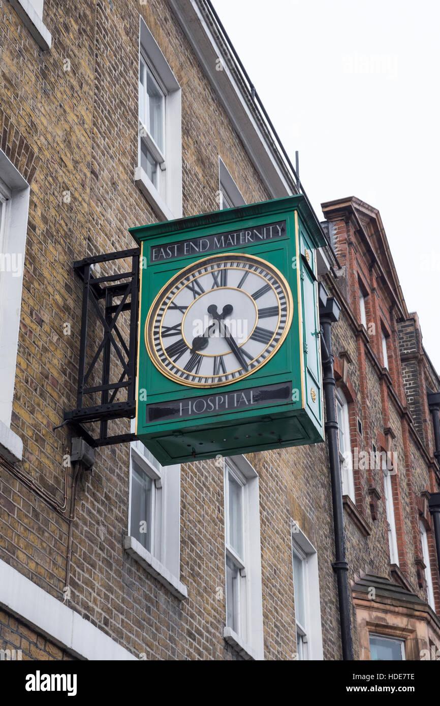 East End Memorial Hospital de Maternidad de reloj en la calle comercial, en Whitechapel, en el East End de Londres. Foto de stock
