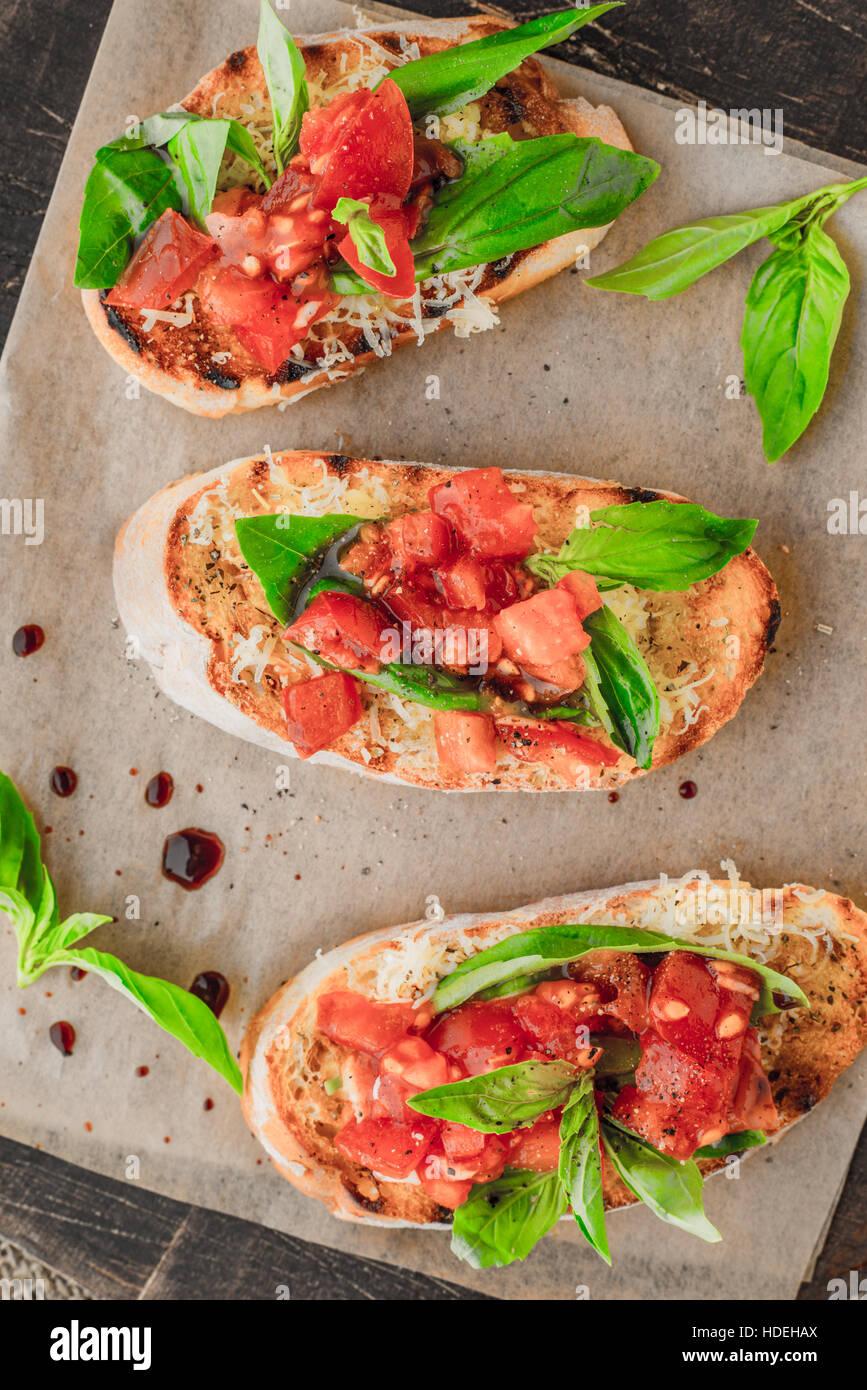 Tomate albahaca pan condimento pensión alimenticia vegetal Imagen De Stock