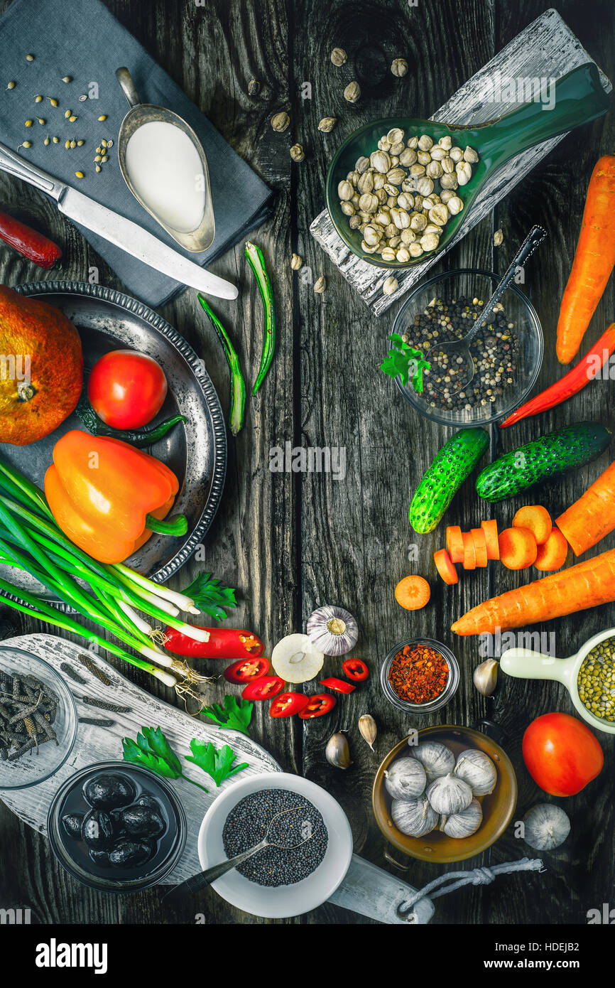 Pimiento verde pepino tomate cebolla ajo Foto de stock