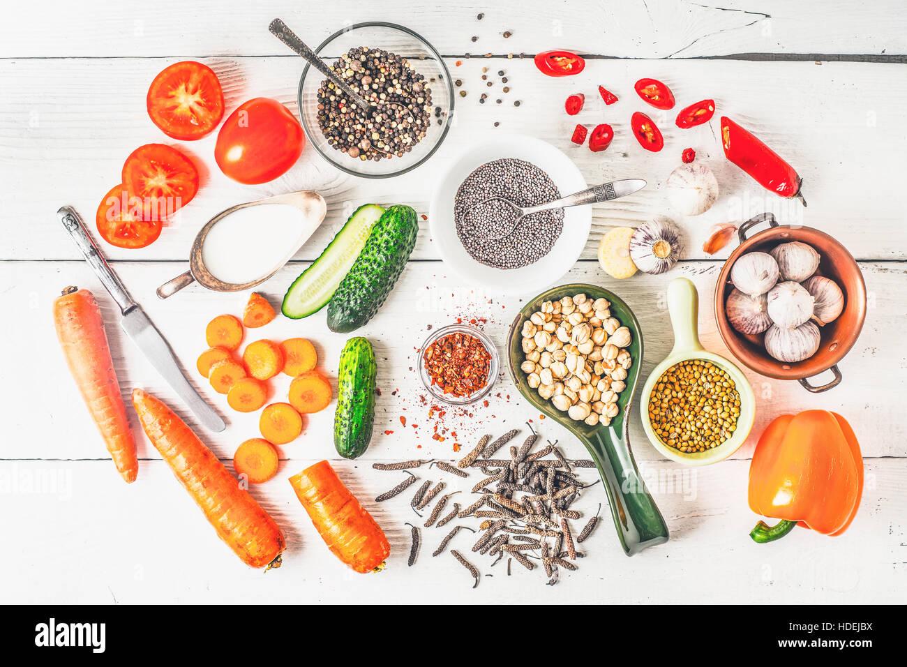 Ingredientes para el Oriente Medio, el Cáucaso y la cocina asiática en la vista superior de mesa blanco Imagen De Stock
